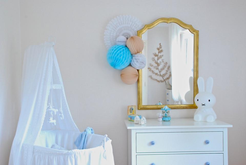 Chambre de bébé bleue et beige